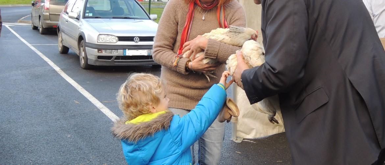 Yves Jégo et Annick Lacout lors de la remise des poules aux habitants du SIRMOTOM